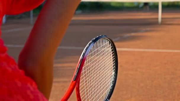 Tělo holka tenista očekával služby během tenisového tréninku zápas