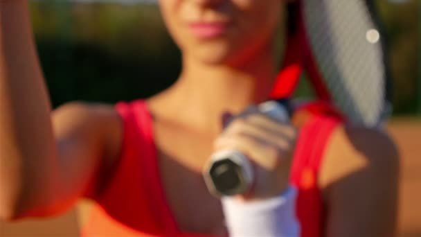 Tenista dívka s tenisovou raketu a míček tvorby výzvu gesto k fotoaparátu