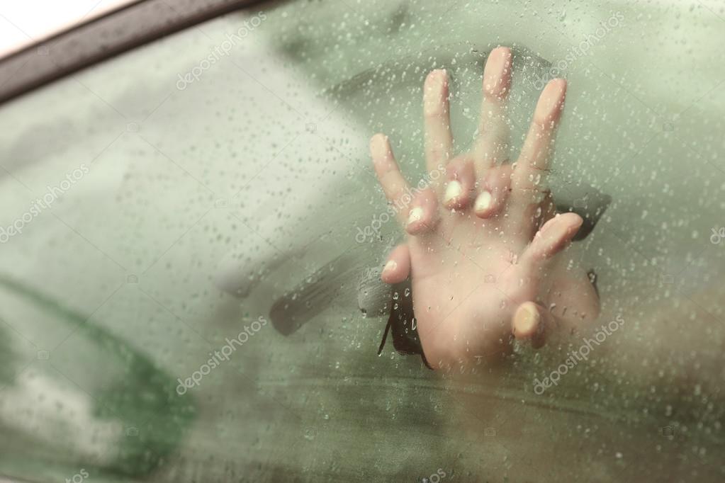 Casal fazendo sexo dentro de um carro de mãos dadas — Fotografia de Stock