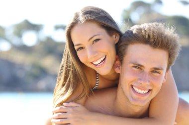 """Картина, постер, плакат, фотообои """"Пара с идеальной улыбкой позирует на пляже"""", артикул 82358796"""