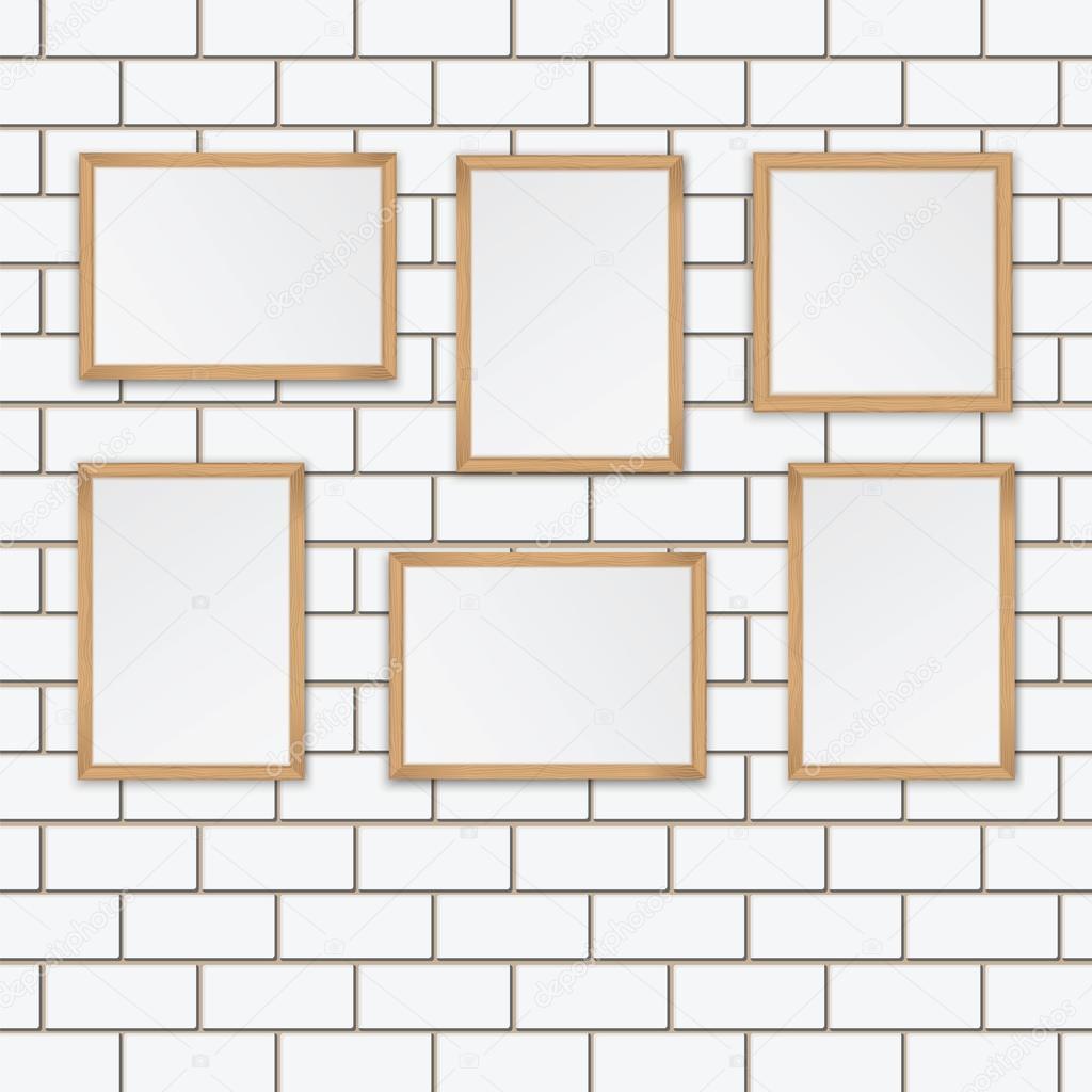 Galería de arte. Conjunto de marcos de madera en la pared de ...