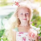 Roztomilá dívka princezna s nakreslené koruny