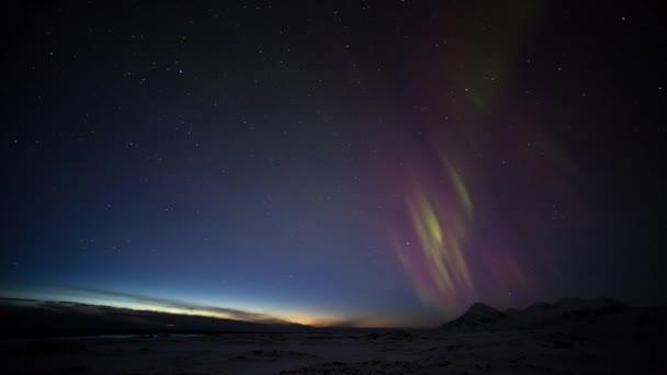 Nádherné polární záře polární hory a ledovce