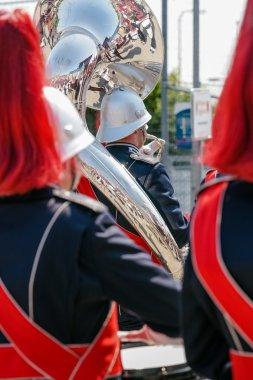 Bizim drumband bir showband, tantana detayları