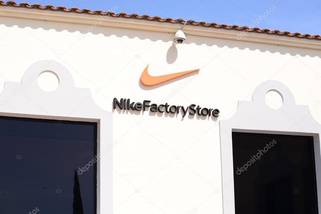 becerro Goma de dinero engranaje  MALLORCA - JULY 31, 2015: Nike Factory Store in Festival Park Outlet C –  Stock Editorial Photo © MalyDesigner #83677878