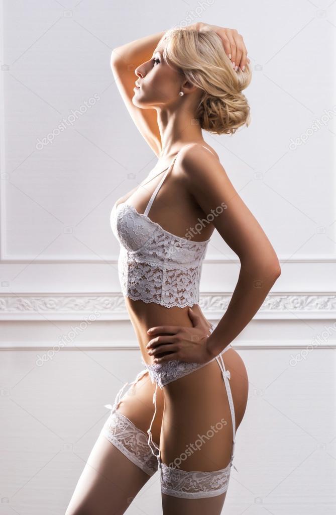 Чуттєвий і красива молода дівчина в Весільна білизна над ретро фону — Фото  від shmeljov 57f8d25c0100d