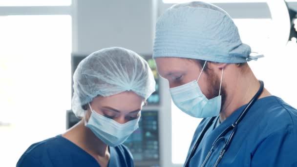 Fachärzte für Notfallmedizin. Porträt des Chirurgen und der Krankenschwester in Schutzmasken, die chirurgische Operationen durchführen. Medizinisches Konzept.