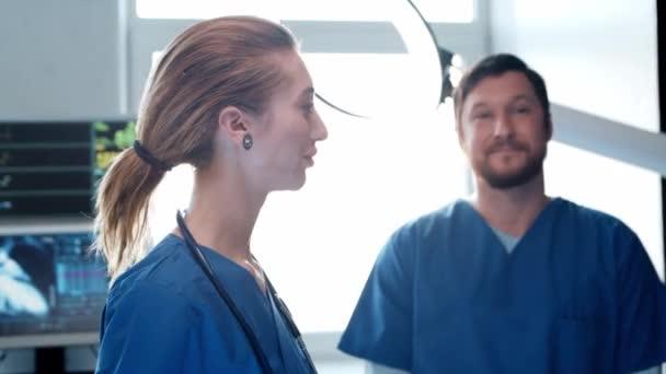 Fachärzte für Notfallmedizin. Porträt des Chirurgen und der Krankenschwester. Medizinisches Konzept.