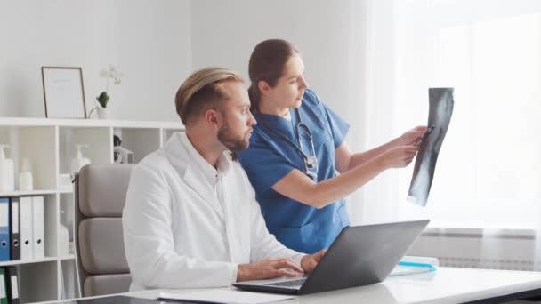 Professionelle Ärzte, die in Krankenhäusern arbeiten. Gespräch mit dem Chefarzt und der jungen Krankenschwester. Medizinisches Konzept.