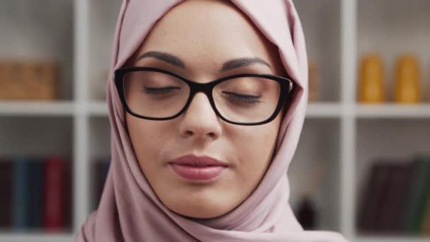 Nahaufnahme Porträt eines jungen und attraktiven muslimischen Mädchens im Hijab. Nahöstliche Frau sitzt vor der Kamera. Hintergrund Heimat.