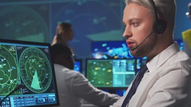 Pracoviště dispečerů letového provozu v řídící věži. Různorodý tým řídících důstojníků letadel pracuje s pomocí radarů, počítačové navigace a digitálních map. Letecký koncept.