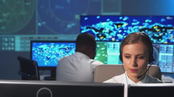 A légiforgalmi irányítók munkahelye az irányítótoronyban. A légiirányító tisztek sokszínű csapata radar-, számítógépes navigációs és digitális térképeket használ. Légiközlekedési koncepció.