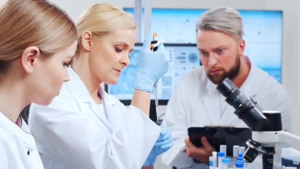 A tudósok profi csapata egy vakcinán dolgozik egy modern tudományos kutató laboratóriumban. Genetikai mérnöki munkahely. Jövőbeli technológia és tudomány.