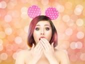 Fotografie žena v uši mickey mouse