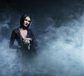 Fotografie jung und sexy Hexe im Kerker