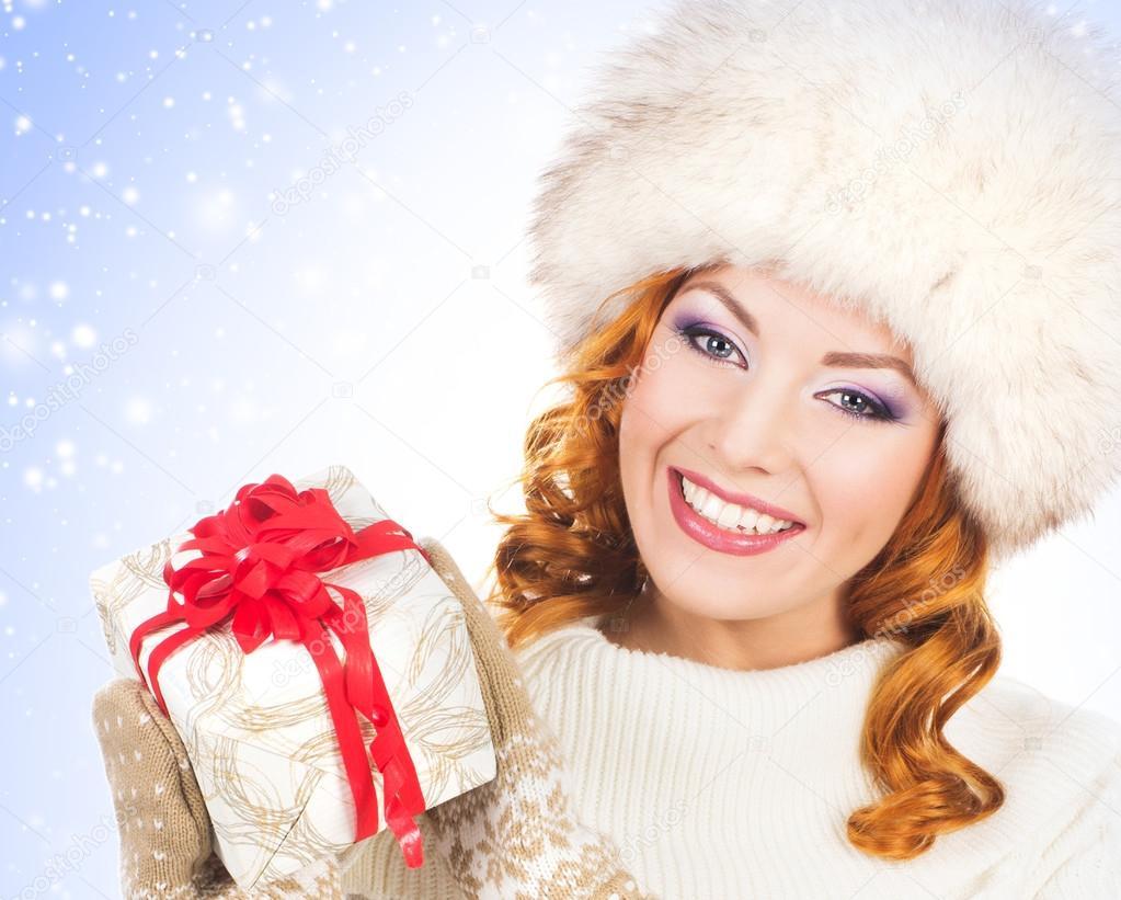 Junge und schöne Frau mit dem Weihnachtsgeschenk — Stockfoto ...