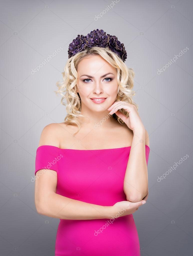 Retrato de una joven rubia de maquillaje y joyas — Fotos de Stock ...