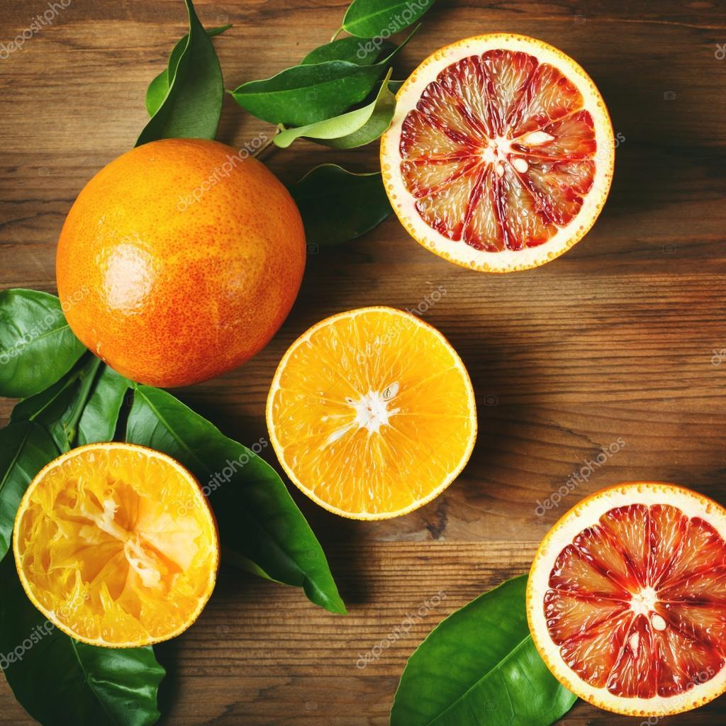 Différente sorte de fruits orange sur une table en bois ...