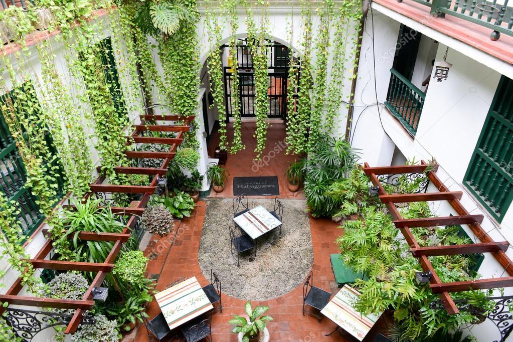 Ristorante su un patio di una casa coloniale foto for Piani di casa patio gratuito