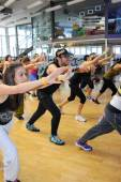 Lidé tančí během školení Zumba fitness