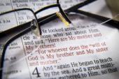 Fotografie Bibeltext und Gläser