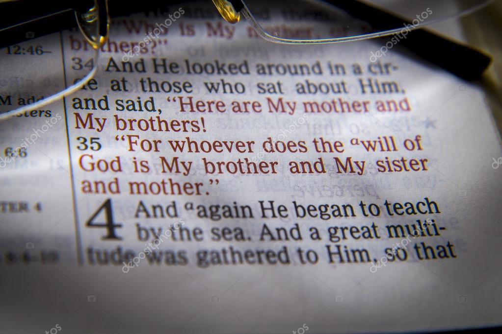 Verres Et Le Texte De La Bible Photographie Hriana