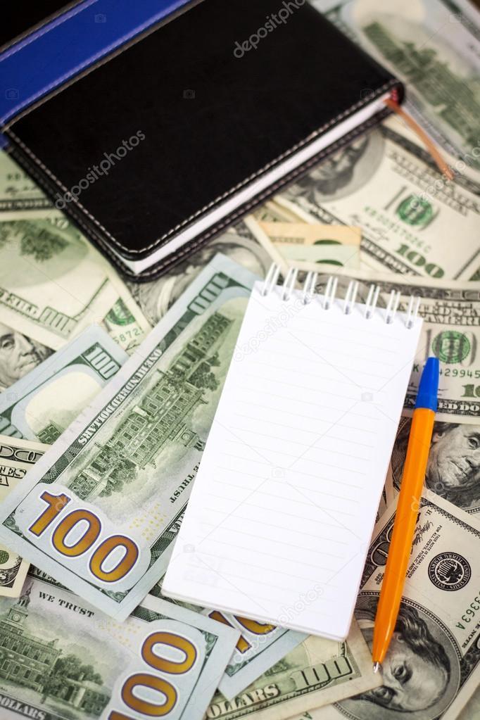 cartera y un montón de dólares americanos — Fotos de Stock © Hriana ...