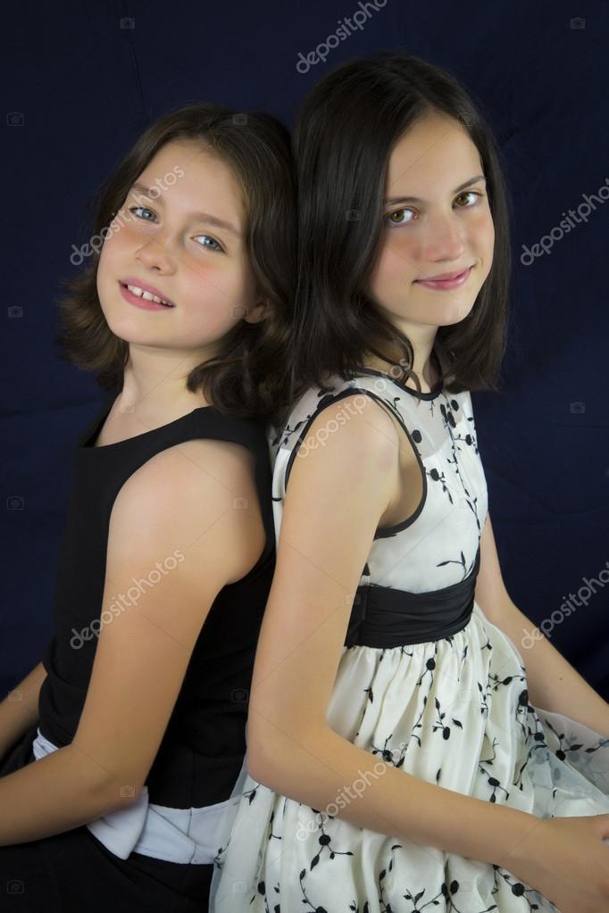 Retrato de dos hermanas lindas espalda con espalda foto de stock hriana 77230724 - Polveros en dos hermanas ...
