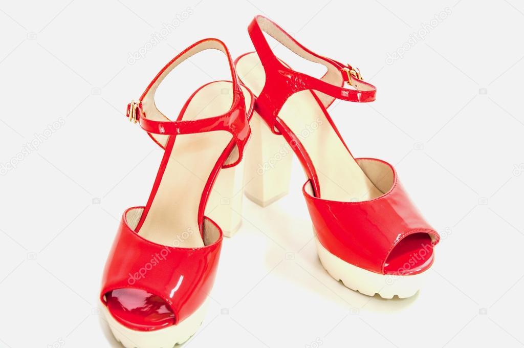 d3aa8faa87 Par de zapatos patente tacón alto para mujer rojo en blanco — Fotos de Stock