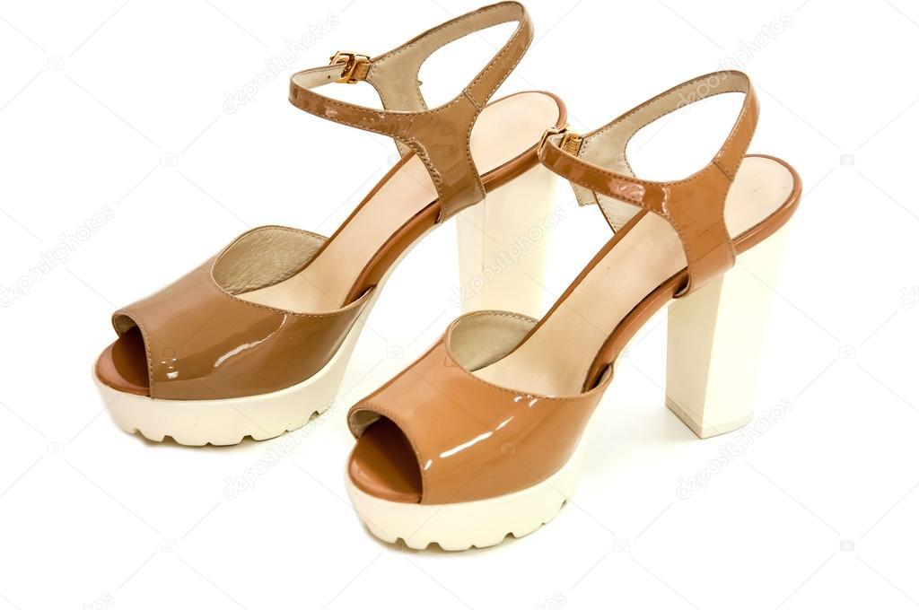 46dc8ed949 Par de zapatos de tacón alto para mujer beige de charol en fondo blanco —  Fotos