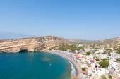 Matala, písečná pláž s jeskyní nedaleko Heraklionu na Krétě, Řecko.