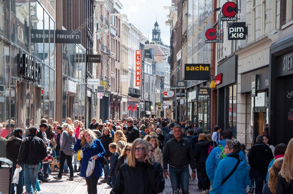 Tassen Kalverstraat Amsterdam : Amsterdam april undefined mensen op kalverstraat