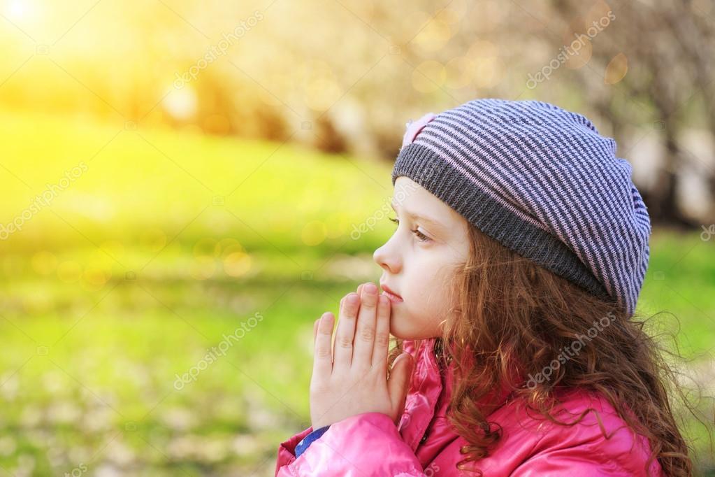 Niño Orando En El Parque De La Primavera