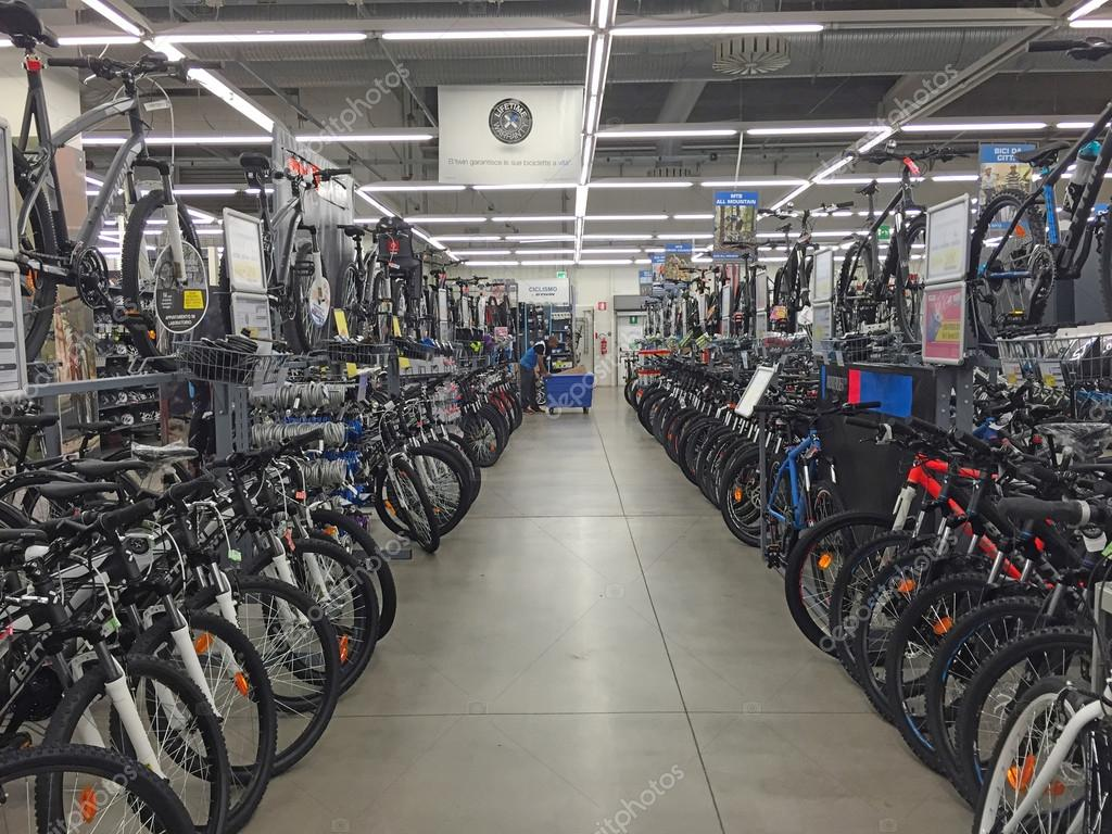 8d6d3c6a0 Bicicletas no interior da loja de desporto Decathlon — Fotografia de Stock