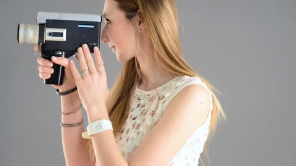 Frau mit Oldtimer-Kamera filmt