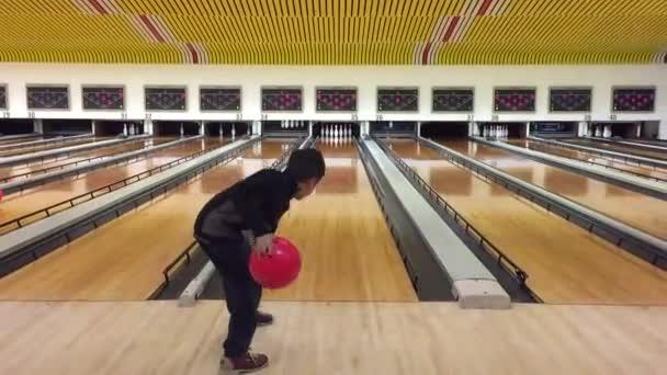 Kid odhodil bowlingové koule