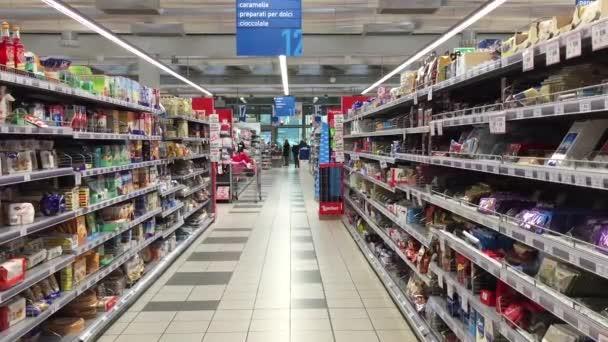 Fronta lidí uvnitř supermarketu Coop