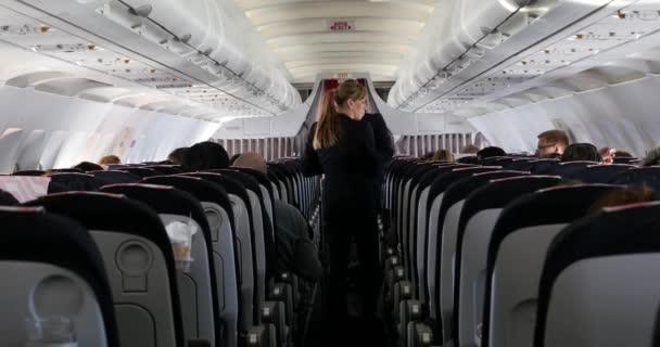 Hostitelka podávající nápoje uvnitř Air France Jet