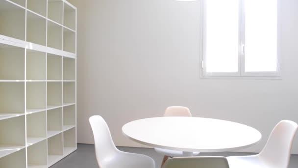 Rekreační místnost se stolem a židlemi
