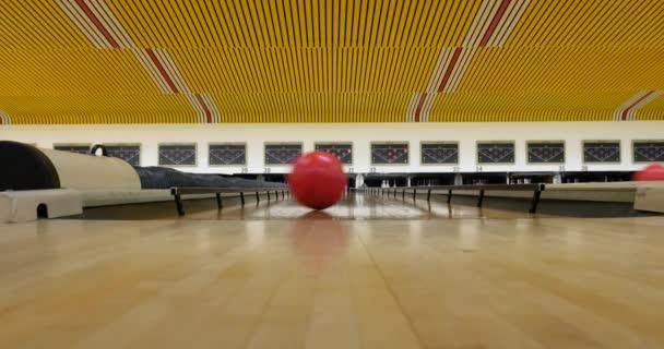 Kroužením červeným bowlingové koule po cestě