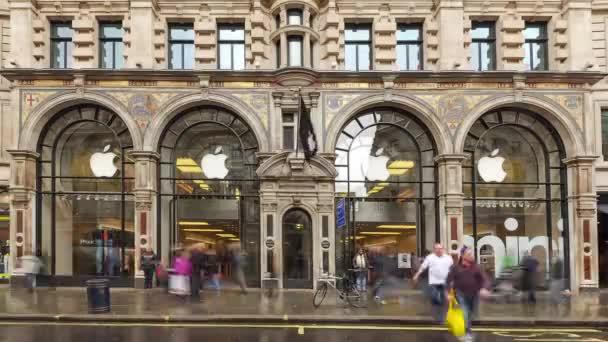 Auta před Apple Store