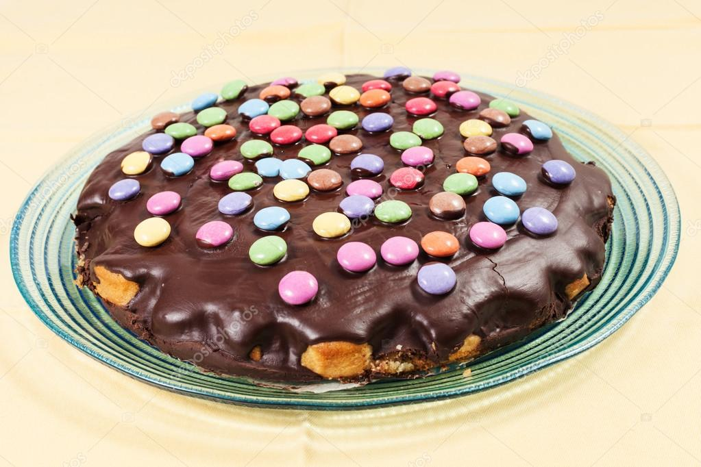 Schokoladenkuchen Mit Smarties Stockfoto C Intiso 63319849