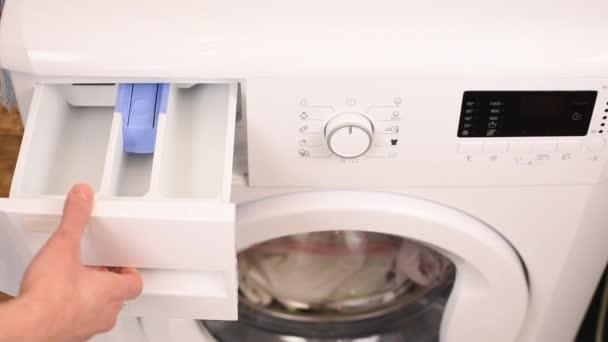 Prací prostředek náplně pračky žena rukou