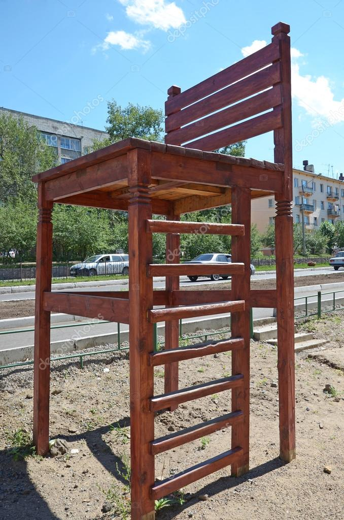 Grote Houten Stoel.Big Wooden Chair In The Yard Of Living House In The City Of Chita