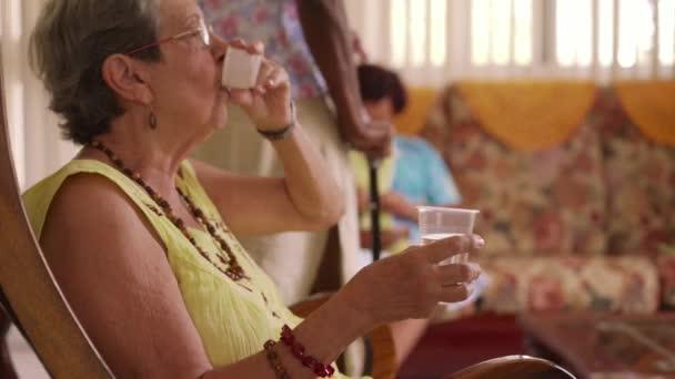 Anziana In Hospice prendendo la pillola della medicina e dellacqua