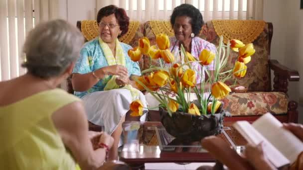 Starší ženy hrací karta hra v útulku