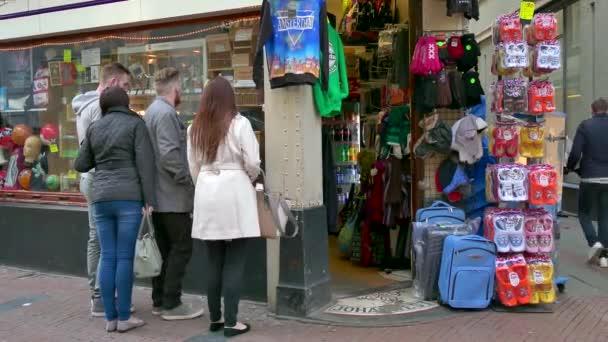 Lidé turistů nákupy suvenýrů dárků v Amsterdam Shop Store