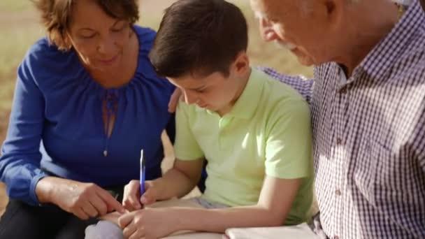 Dědeček a babička pomoc chlapec s úkoly