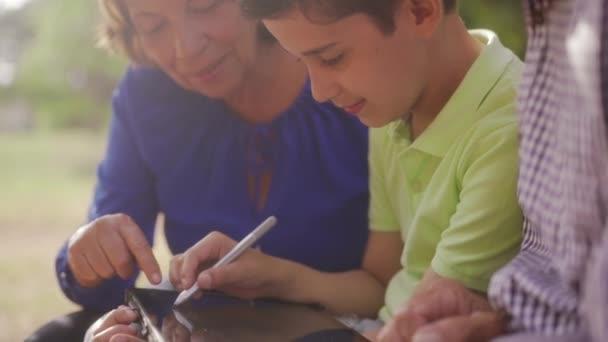 Prarodiče a vnuk kresba školní poznámky v počítači Tablet Pc