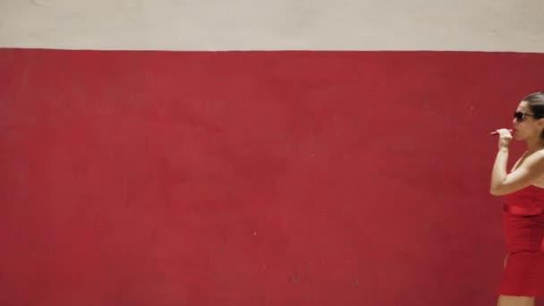 10-Slowmotion ženy v červených šatech kouří elektronické cigarety E-Cig